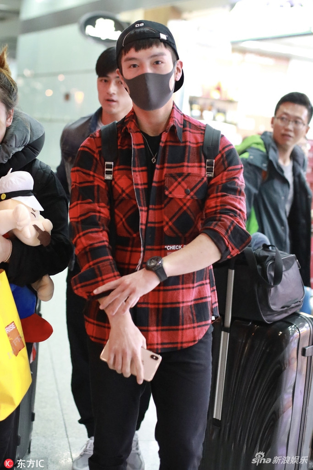 新浪娱乐讯 2018年10月11日,北京,盛一伦现身机场,他反戴鸭舌帽少年气十足,出行获助理前呼后拥排场大(东方IC/图)