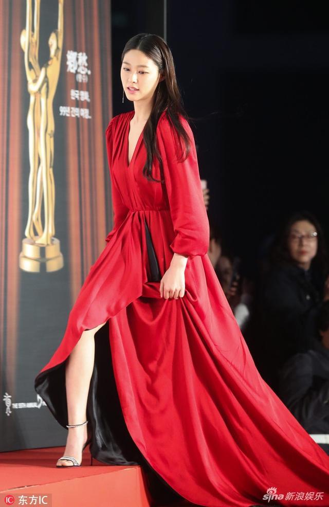 第55届韩国大钟奖雪炫亮相红毯 亲切招手红衣美艳动人