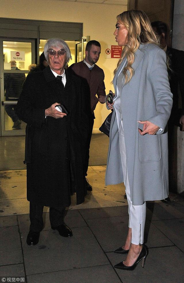新浪娱乐 11日,英国伦敦,佩特拉·埃克莱斯通(Petra Ecclestone)和她的父亲F1总裁伯尼·埃克莱斯通(Bernie Ecclestone),姐姐塔玛拉·埃克莱斯通(Tamara Ecclestone)、继母法比亚娜·弗洛西(Fabiana Flosi)抵达英高等法院,参加了与佩特拉前夫詹姆斯·斯汤特(James Stunt)的最新一轮法律纠纷听证会,之后他们以55亿英镑离婚。豪门离婚费真是吓傻吃瓜群众,佩特拉看起来很受伤,幸好有老爹亲吻鼓励,而詹姆斯则边打电话边吸烟看起来心情不错,毕竟他获得了一大笔离婚费。