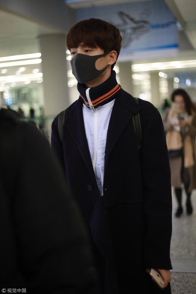 新浪娱乐讯 14日,上海,马天宇身着大衣配运动装现身机场青春阳光,口罩难遮帅气面庞,见镜头挥手亲和力十足。