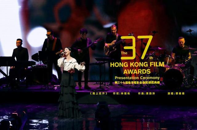 """新浪娱乐讯 4月16日消息,香港电影金像奖于昨晚举行颁奖典礼,凭借《陌上花开》入围""""最佳原创电影歌曲""""的谭维维以表演嘉宾身份登台献唱这首入围作品。"""