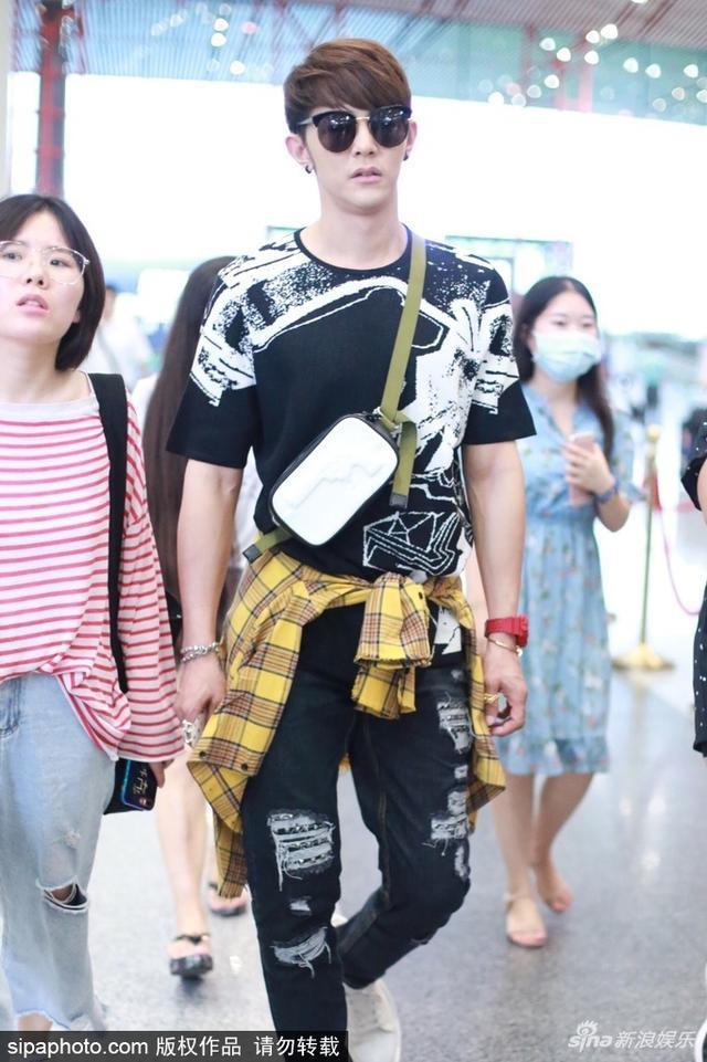 新浪娱乐讯 8月9日消息,汪东城现身北京机场,他墨镜遮面帅气亮相,潮范儿十足。SIPA/图