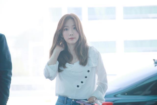 新浪娱乐讯 泰妍日前前往海外出席活动,机场时尚上热搜。泰妍身穿白色上衣配牛仔短裤,示范160女生的日常穿搭,清爽美貌令人心动。