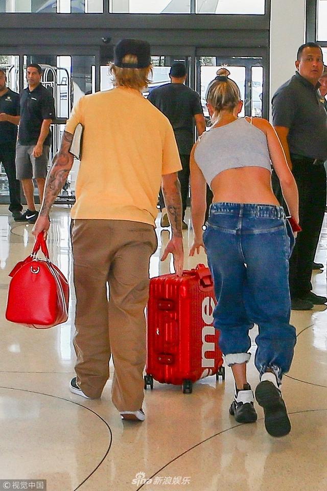 新浪娱乐讯 贾斯汀·比伯(Justin Bieber )和海莉·鲍德温(Hailey Baldwin )乘坐私人飞机外出度假。海莉手上戒指吸睛,二人同行一路互相帮忙,这是旧情复燃?视觉中国/图