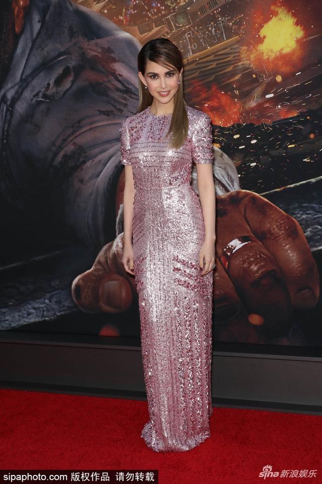 新浪娱乐讯 7月11日消息,昆凌现身《摩天营救》的纽约首映,她身穿粉色亮片裙,十分美艳靓丽,面色红润,五官精致似娃娃。SIPA/图