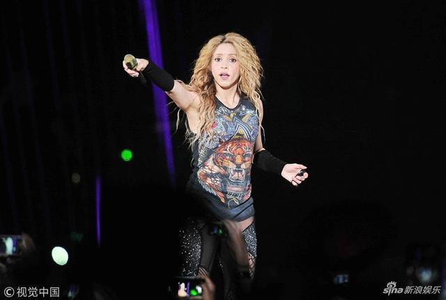 新浪娱乐讯 7月12日消息,哥伦比亚歌手夏奇拉穿透视渔网袜亮相演唱会,她用铁链为舞台道具劲歌热舞嗨翻全场,甩头姿势疯狂,火力全开。视觉中国/图