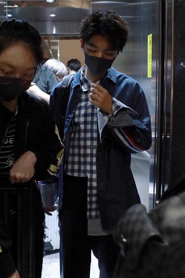 新浪娱乐讯 王俊凯为拍摄行程抵达成都,小凯身穿蓝色格子衫搭配牛仔外套,口罩遮面显冷峻。现场获多名粉丝接机的王俊凯在人群中穿梭,宛如行走的画报。