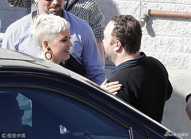 新浪娱乐讯 8月10日消息,水果姐凯蒂·佩里现身澳大利亚街头,她头顶酷帅白色短发,身穿白色套裙洋气而干练,被粉丝簇拥亲切露笑接地气。视觉中国/图