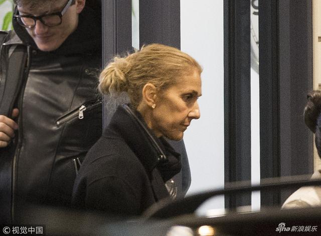 新浪娱乐讯 8月9日消息,席琳·迪翁带着两个孩子乘坐私人飞机抵达机场,与绯闻男友Pepe Munoz乘车离开。她脸部骨头凹凸,瘦成皮包骨。视觉中国/图
