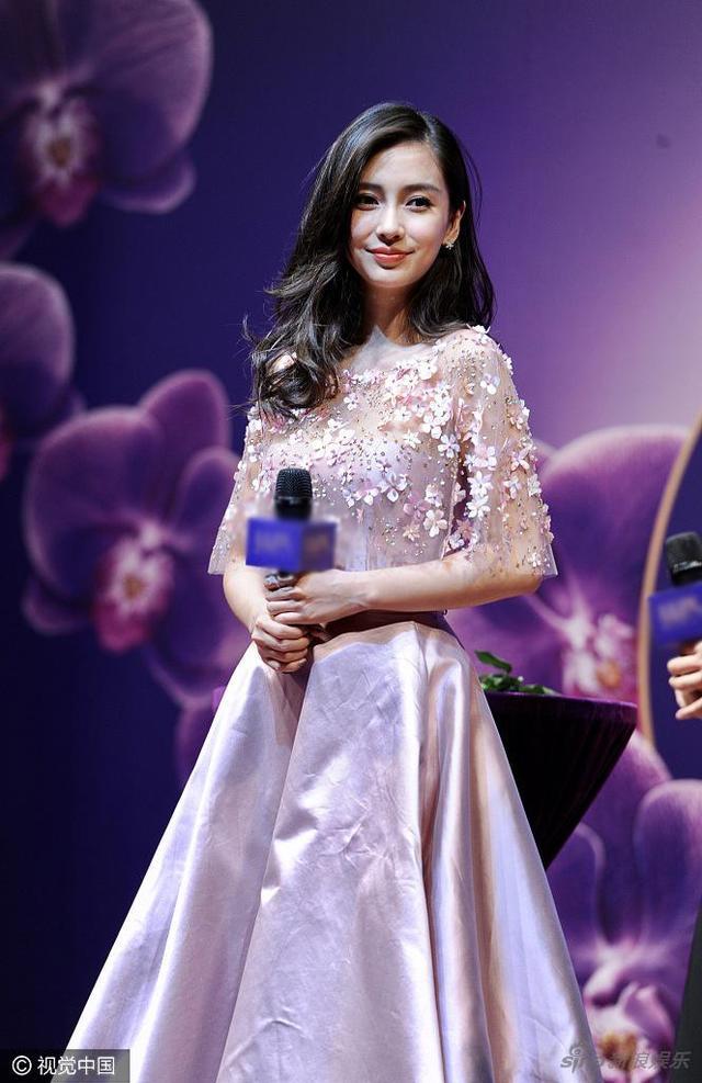 新浪娱乐讯 4月21日,Angelababy产后首度复出参加代言活动。baby身穿紫色收腰长裙仙气足,元气满满似少女。