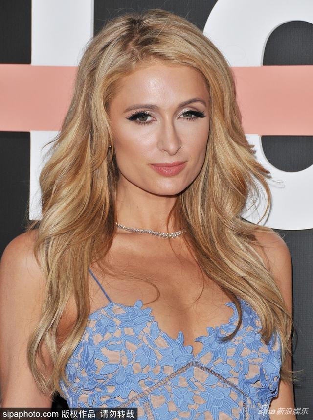 新浪娱乐讯 日前帕丽斯-希尔顿(Paris Hilton)现身美国洛杉矶出席活动,穿蓝色蕾丝裙搭配皮草外套华丽性感,脱去外套秀香肩不断向镜头放电。(SIPA/图)