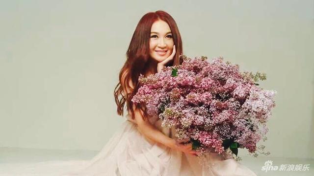 新浪娱乐讯 5月16日消息,温碧霞曝光一组写真大片,她一身仙女裙手捧鲜花,细腰长腿,皮肤状态非常好。TUNGSTAR/图