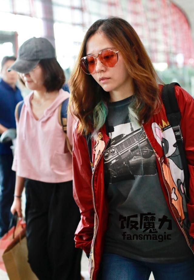 新浪娱乐讯 5月17日消息,张靓颖新恋情曝光后首次露面,她素颜现身一路聊语音微信,脸色苍白状态低迷。