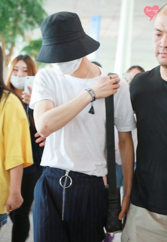 新浪娱乐讯 8月9日消息,朱正廷白色T恤搭休闲长裤现身北京机场,他头戴渔夫帽,口罩遮面,遮挡严实不露脸。