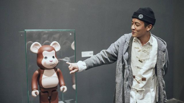 新浪娱乐讯 陈冠希在北京举行展览,探索作为艺术的音乐。陈冠希在玻璃房内与观众保持距离,在房间内挥手大方任拍。