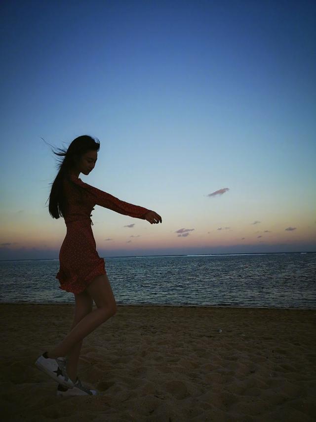 新浪娱乐讯 6月14日中午,张馨予更新微博分享自己在印度尼西亚度假的美照。图片中的她穿超短连衣裙大秀美腿。她或脚踩沙滩面朝大海,或可爱半蹲与路边小狗玩耍,更用衣袖遮住红唇自拍神秘撩人。