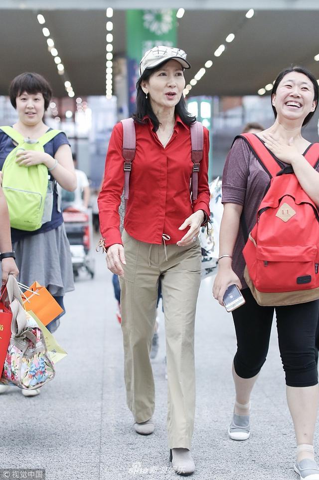"""新浪娱乐讯 7月12日,《新白娘子传奇》""""小青""""扮演者陈美琪现身北京机场。她身穿红色衬衫配休闲裤,身材苗条。""""小青""""对镜头挥手微笑,不惧露鱼尾纹美丽依旧。"""