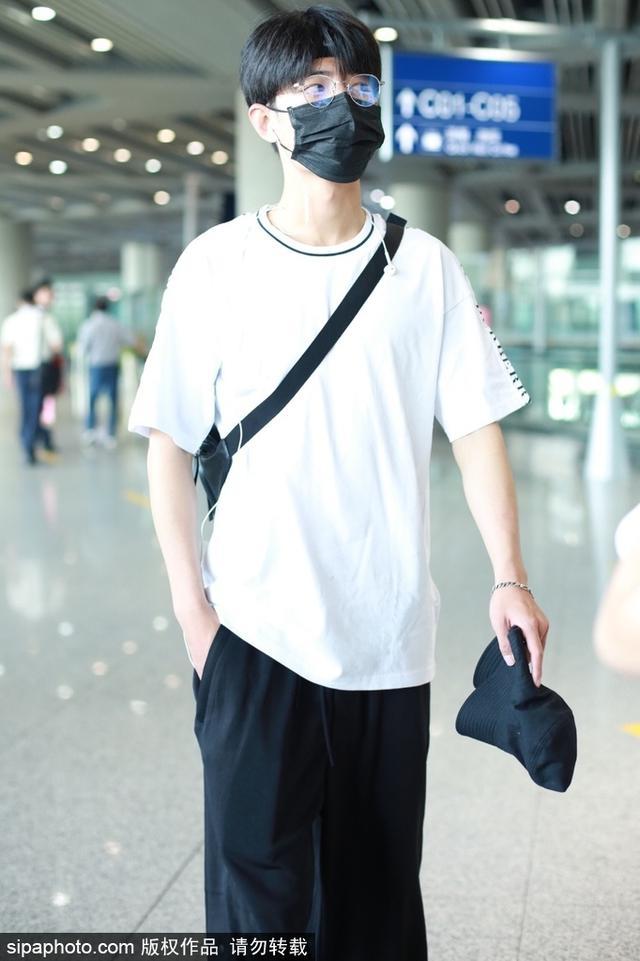 新浪娱乐讯 2018年9月14日,X玖少年团肖战现身北京机场。白衣黑裤眼镜穿搭,造型简单干净,少年感十足。(图\Sipa)