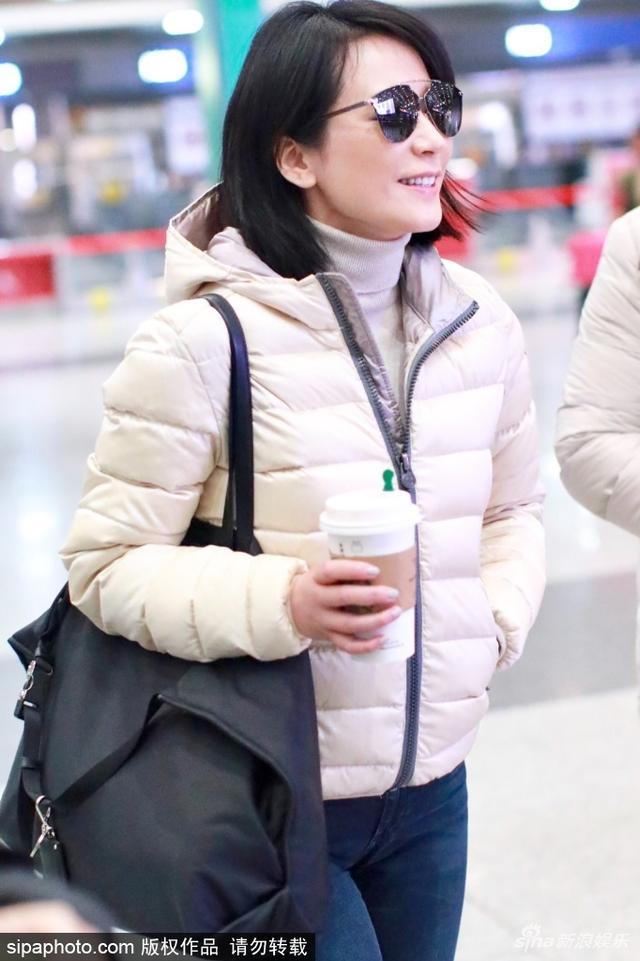 新浪娱乐讯 2月11日,俞飞鸿抵达北京机场。她低调素颜出行,以墨镜遮面,单肩背包笑容满面。(sipa/图)