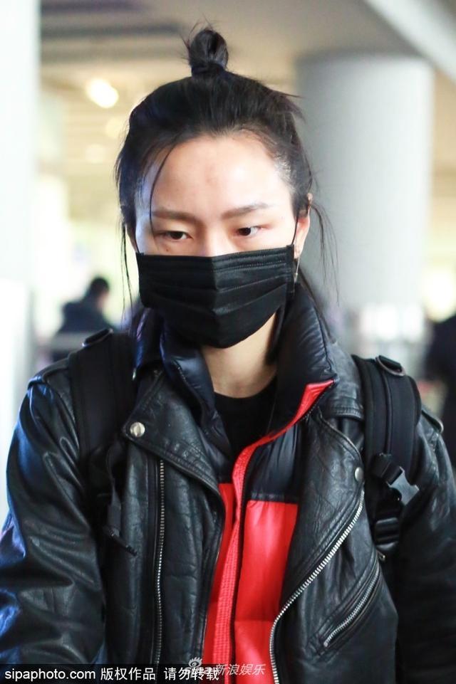新浪娱乐讯 2月12日,周笔畅素颜现身北京机场。她独自一人,一手一个行李箱,口罩遮面低调前行。(sipa/图)