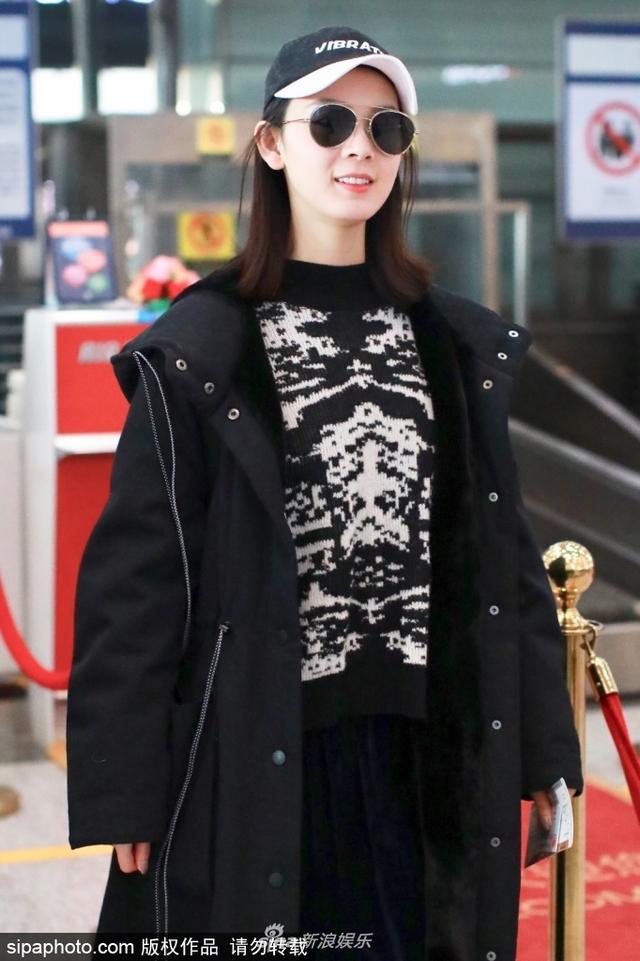 新浪娱乐讯 2月11日,陈瑶现身北京机场。全黑LOOK面带微笑,气场全开御姐范儿十足。(sipa/图)