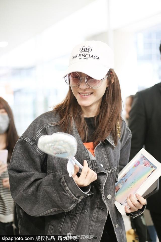 新浪娱乐讯 16日,被赵又廷坐实与林更新恋情的王丽坤素颜现身上海机场,获粉丝赠送礼物,面露笑容心情好。