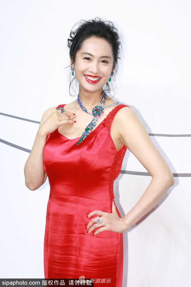 新浪娱乐讯 4月16日,朱茵在台北出席某品牌活动,一袭缎面大红裙亮相大秀傲人身材,红润好气色更显年轻。