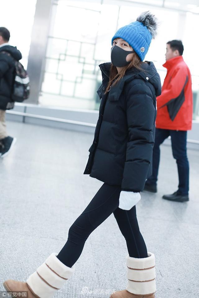 新浪娱乐讯 2月12日,赵薇现身北京机场。她全身棉服,戴着厚帽子,裹成爱斯基摩人美腿仍纤细无比,调皮举手机玩反拍,动作可爱笑眼俏皮。(视觉中国/图)