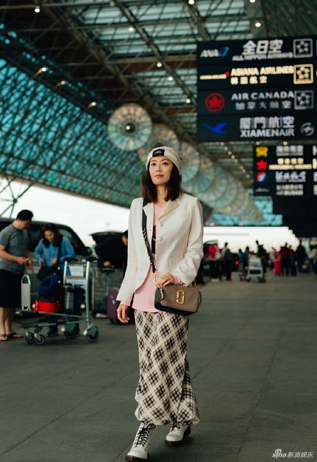 新浪娱乐讯 2月11日,贾静雯现身台北桃园机场,启程前往纽约时装周。她着穿浅色外套搭配方格长裙,眼神清澈、笑容明媚,少女感十足。