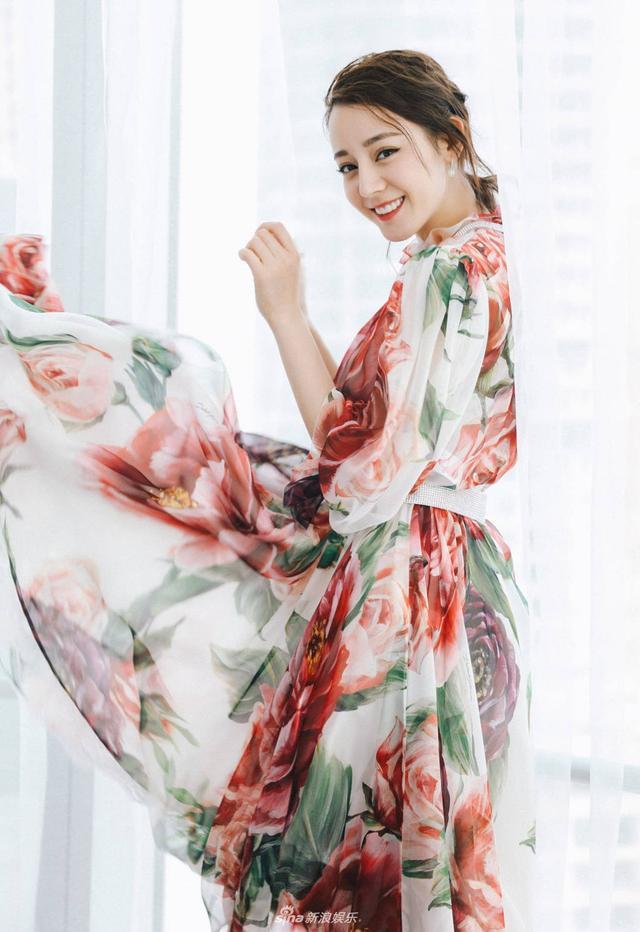 新浪娱乐讯 日前,迪丽热巴一袭大花裙亮相电影发布会,艳而不俗,尽显活泼灵动的青春气息。