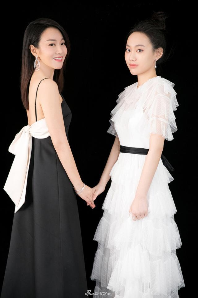 新浪娱乐讯 日前,闫妮与女儿邹元清合体亮相,母女二人玩转黑白配似姐妹花。