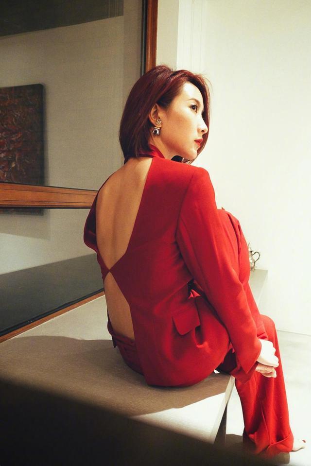 新浪娱乐讯 日前,陈赫前妻许婧在微博晒出一组参与活动的美照。照片中,许婧身穿深V红套装,性感又干练,十分吸睛。