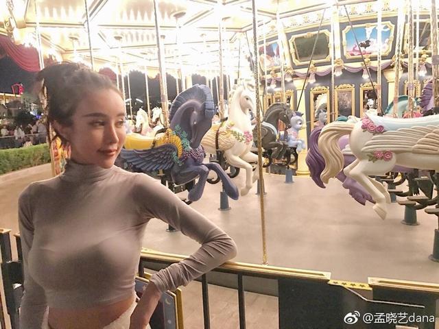 新浪娱乐讯 日前,网红嫩模孟晓艺在微博晒出一组畅游迪士尼的美照。照片中,孟晓艺大秀长腿与傲人上围,十分吸睛。