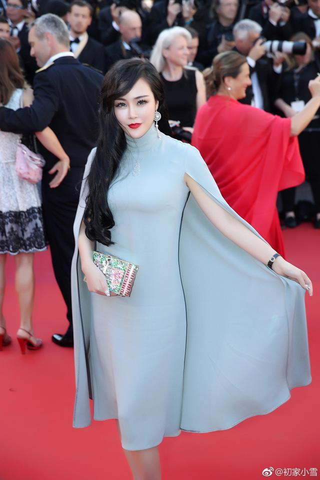 """新浪娱乐讯 日前,第70届戛纳电影节红毯上再现中国网红小雪,其发博称:""""今年没有足够的时间订做红毯礼服,很随意就来了,稍有遗憾。明年会提前几个月准备。"""""""