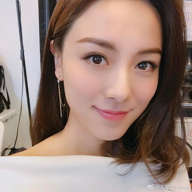 新浪娱乐讯 日前,曾志伟儿子曾国祥女友王敏奕在微博晒出一组美照吗,清新淡雅气质让人过目不忘。