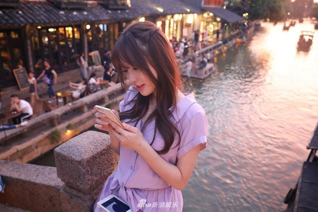 新浪娱乐讯 9月12日,金莎在微博中晒出一组美照,照片中金莎身穿淡紫色连衣长裙,长发披肩,时而望向远方若有所思,时而低头玩手机,时而嘟嘴自拍卖萌,站在石桥上自拍的她甜美清纯。