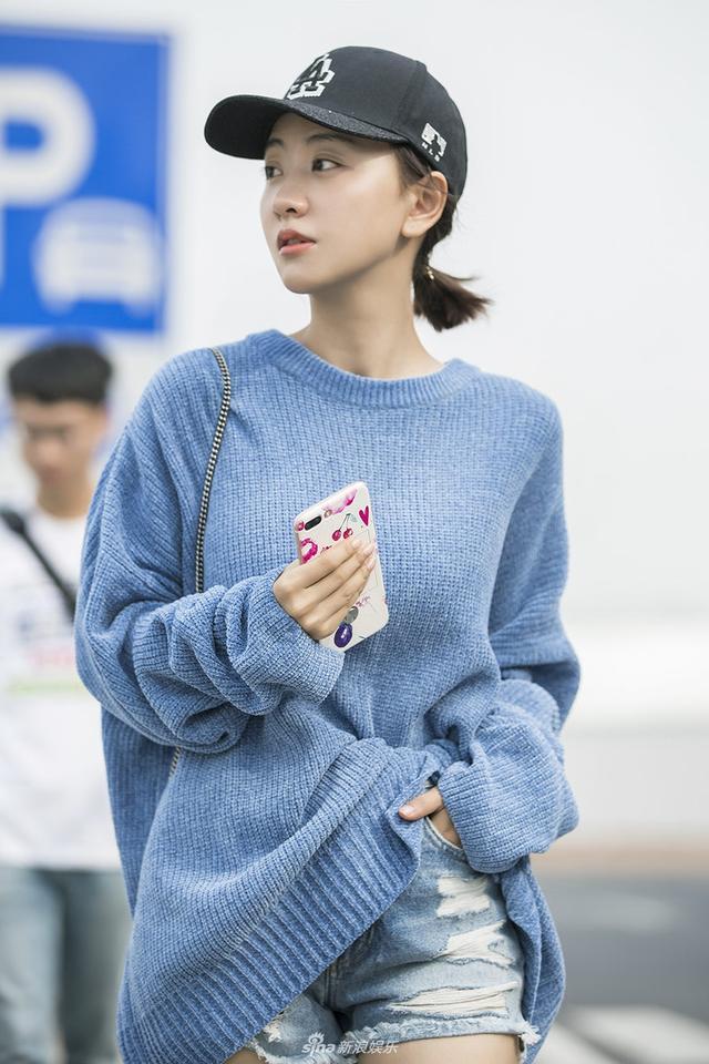 新浪娱乐讯 今早,杨蓉现身北京机场,机场look干净清爽,选择了蓝色男款毛衣搭配紫色迷你包。早秋oversize风俏皮又时髦。这样少女感十足的打扮,使不少网友纷纷猜测,杨蓉此行是去哪里?