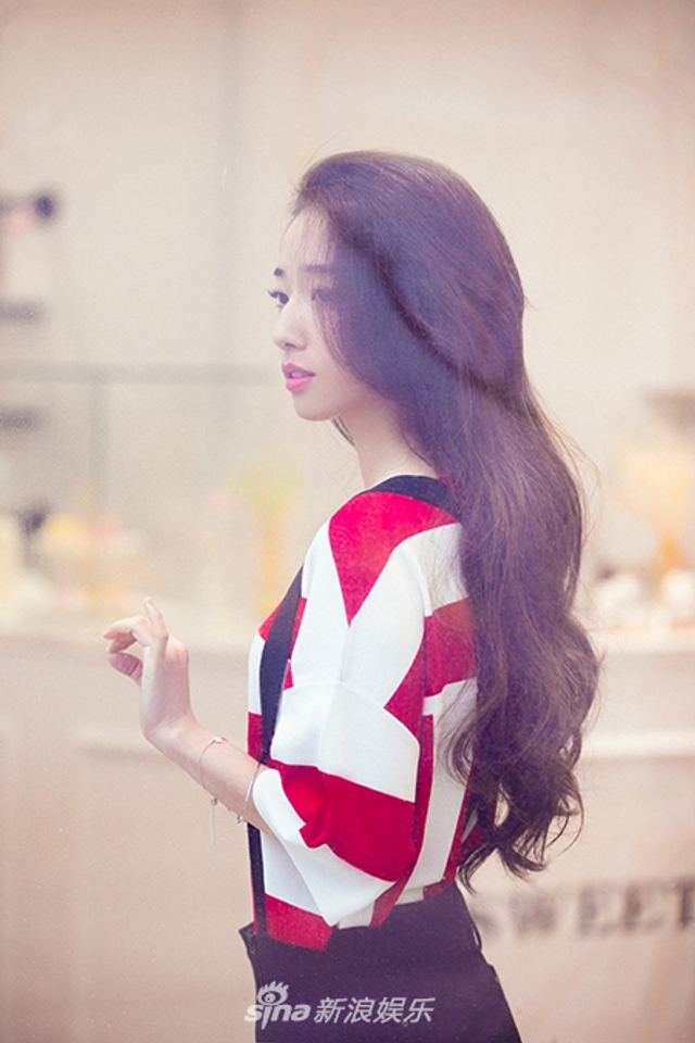 新浪娱乐讯 近日,90后少女马德丫曝光了一组最新写真大片。她身着红白相间条纹T恤,搭配空气感波浪卷发,甜甜的治愈系笑容纯净活泼,为初秋注入清新氧气。