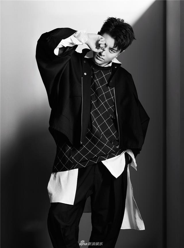 新浪娱乐讯 近日,贾乃亮曝光了一组杂志封面大片。照片中他造型多变,有时是个性不羁、眼神桀骜的酷帅感觉;有时又变成衣着搭配考究、内敛深沉的轻绅士风格。