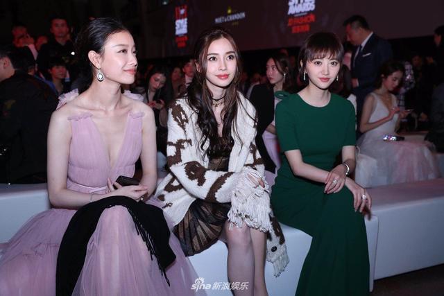 新浪娱乐讯 ELLE2017时尚盛典今晚在上海展览中心举行。Angelababy、倪妮和景甜前排就坐。好闺蜜亲密热聊,不时露出迷人微笑。另一边易烊千玺与迪丽热巴相邻而坐。