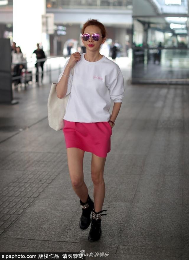 新浪娱乐讯 11月15日,林志玲与助理现身机场。面对记者的镜头林志玲非常配合摆出模特走梯台的步伐。看来与言承旭复合的她心情非常不错,一袭粉裙立显娇俏,少女感十足。