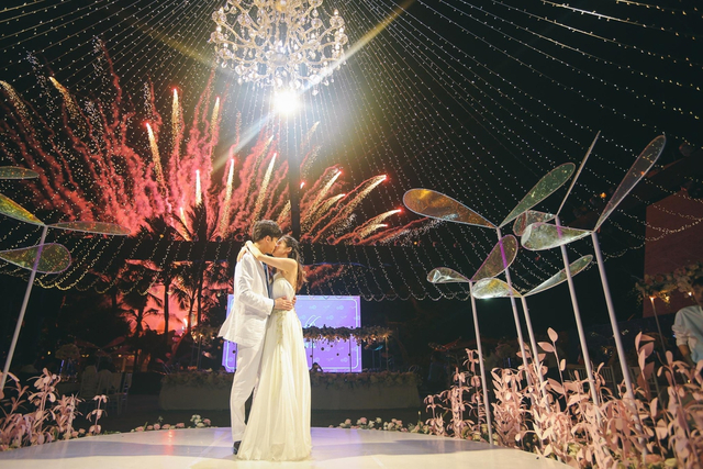 新浪娱乐讯 5月15日,付辛博、颖儿夫妇巴厘岛举行婚礼。当晚婚礼晚宴,两人换上便装出席,与一众友人举杯共饮状态极好。被问会不会追生二胎,他们也回应,希望再生个男宝宝(王博/图)