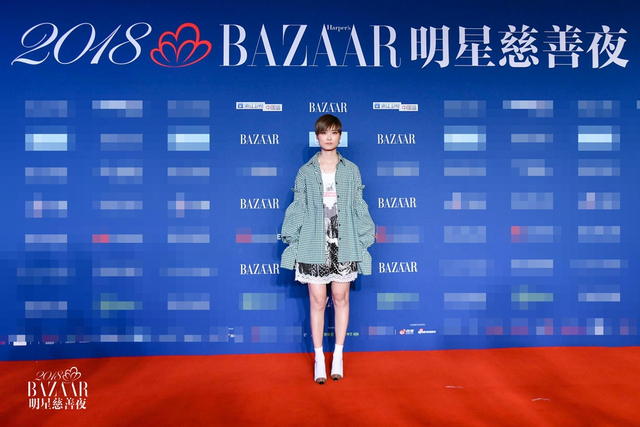 新浪娱乐讯 10月12日晚,2018芭莎明星慈善夜在京举行,众明星盛装打扮纷纷亮相,造型各异,举手投足之间形成一道美丽风景线。(时尚芭莎供图与摄影/王博)