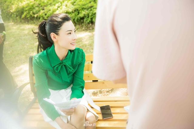 新浪娱乐讯 今日,张柏芝一组写真曝光,高马尾在精致妆容衬托下更显清爽减龄;而一身清爽干练的职业套装搭配黑色手袋,则尽展职场女性的优雅魅力。