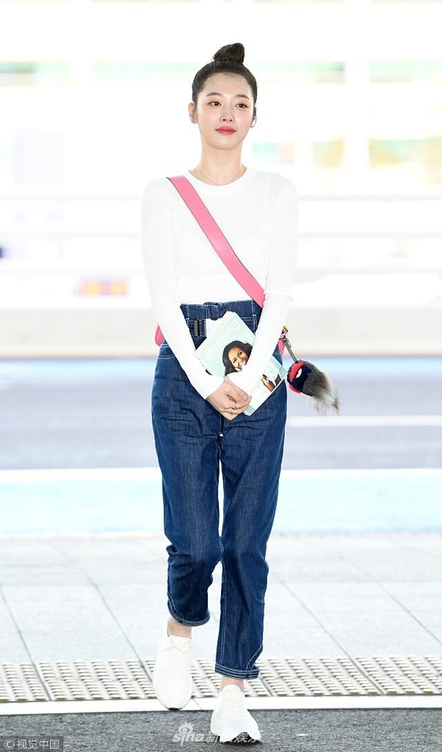 新浪娱乐讯 日前,崔雪莉现身韩国机场,头扎丸子头散发少女气息。