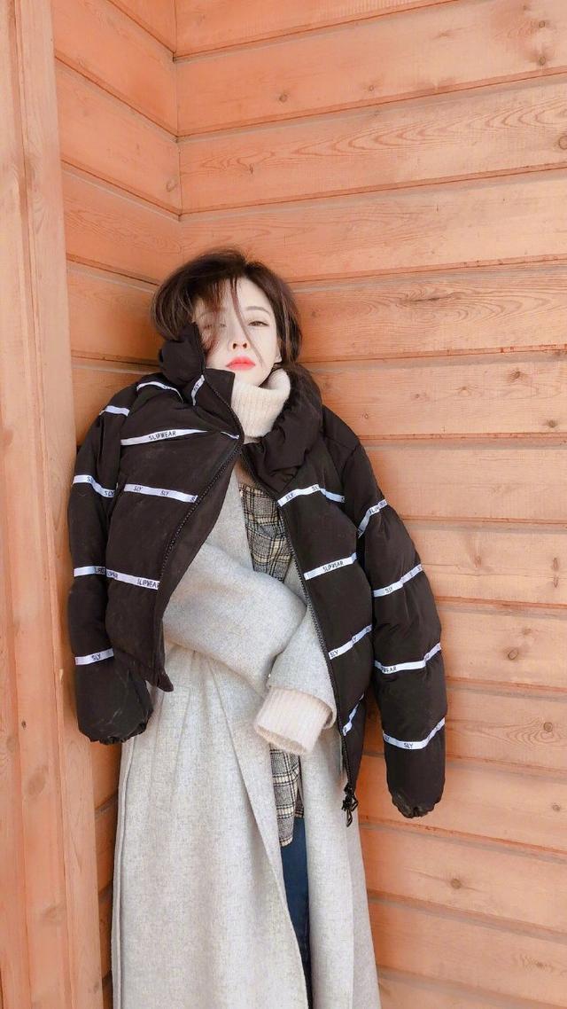 """新浪娱乐讯 1月4日,冯提莫在微博晒出一组""""美丽冻人""""写真,照片中冯提莫穿着好几层大衣,靠着墙角好似在瑟瑟发抖,表情委屈可怜,并配文:""""假装拍大片既视感!"""""""