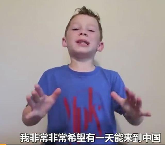 新浪娱乐讯 7月12日,网红职业假笑表情包本人8岁男孩Gavin Thomos开通微博。他在视频中亲切向中国粉丝问好,感谢粉丝对他的支持,并表达了希望有一天能来到中国的愿望。在视频最后,他再现经典的职业假笑。微博开通仅2小时,这位网红已经吸粉30万了。评论是更是表情包的天堂。