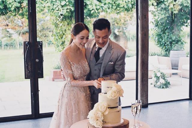 """新浪娱乐讯 12月5日,今天是余文乐与王棠云的结婚一周年纪念,王棠云在个人社交账号晒出迟到的婚礼照,并写到:""""一年了,再让我我好好怀念一下,再让我放一下美美婚紗照,再让我炫耀一下美丽的伴娘们,看看照片还是觉得像梦一样。""""。去年今日,余文乐突然宣布结婚让很多媒体都猝不及防,甚至连相关报道都没有,当时他自己也就仅仅晒出了自己与妻子的合影,希望粉丝能够祝福。如今,余文乐为人夫,更是为人父,一家三口十分幸福。"""