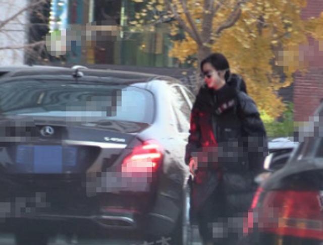 新浪娱乐讯 日前,有八卦媒体在北京星河湾偶遇了范冰冰的座驾。车辆开出小区后,来到SKP对面的一家办公楼。范冰冰梳着低马尾,穿着厚重款羽绒服,低头快速走上办公楼。天黑后,一行人才乘车回家。