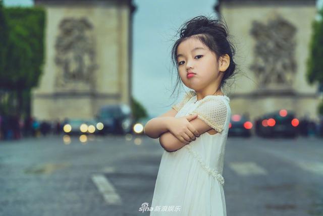 新浪娱乐讯 日前,阿拉蕾一组巴黎街拍照曝光,妥妥的甜美小仙女无疑了。